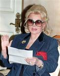 <p>Zsa Zsa Gabor lê um comunicado em sua casa em Beverly Hills, em novembro de 1992. A atriz, de 93 anos, foi internada novamente na terça-feira, em mais um problema de saúde desde a fratura de quadril que ela sofreu em julho, segundo seu porta-voz. 13/11/1992 REUTERS/Fred Prouser</p>