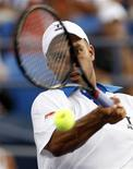 <p>James Blake of the U.S. hits a return to Kristof Vliegen of Belgium during the U.S. Open tennis tournament in New York August 31, 2010. REUTERS/Kevin Lamarque</p>