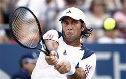 <p>Fernando Verdasco of Spain hits a return to Fabio Fognini of Italy during the U.S. Open tennis tournament in New York, August 31, 2010. REUTERS/Kevin Lamarque</p>