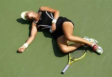 <p>Victoria Azarenka of Belarus collapses on the court during her match against Gisela Dulko of Argentina during the U.S. Open tennis tournament in New York, September 1, 2010. REUTERS/Eduardo Munoz</p>