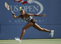 <p>Venus Williams hits a return against Rebecca Marino of Canada during the U.S. Open tennis tournament in New York, September 1, 2010. REUTERS/Eduardo Munoz</p>