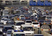 <p>Легковые автомобили и грузовики стоят в образовавшейся в Пекине пробке, 2 января 2008 года. Более 10.000 грузовиков попали в 120-километровую пробку в китайской Внутренней Монголии, сообщило государственное телевидение КНР. REUTERS/David Gray</p>