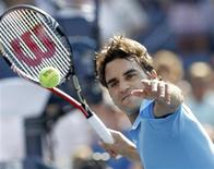 <p>Roger Federer of Switzerland hits balls into the crowd after winning a match against Andreas Beck of Germany at the U.S. Open tennis tournament in New York, September 2, 2010. REUTERS/Kevin Lamarque</p>