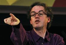 <p>El director del Festival Internacional de Edimburgo, Jonathan Mills, durante una conferencia de prensa en la capital escocesa, mar 17 2010. El Festival Internacional de Edimburgo anunció el viernes que otorgó sus premios Fringe 2010 a dos producciones que están en los lados opuestos del espectro teatral: un acercamiento kamikaze al cabaré y una escalofriante mirada a la esclavitud sexual. REUTERS/David Moir</p>