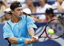 <p>David Nalbandian of Argentina hits a return to Florent Serra of France during their match at the U.S. Open tennis tournament in New York, September 3, 2010. REUTERS/Kevin Lamarque</p>