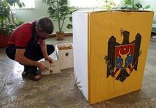 <p>Член местной избирательной комиссии готовит ящики для сбора бюллетеней в одной из провинций Молдавии, 4 сентября 2010 года. Проведенный в воскресенье конституционный референдум о всенародных выборах президента Молдавии признан несостоявшимся из-за низкой явки избирателей, сообщил секретарь ЦИК Юрий Чокан. REUTERS/Gleb Garanich</p>