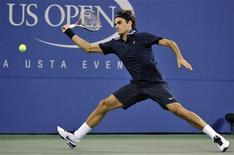 <p>Roger Federer of Switzerland hits a return to Jurgen Melzer of Austria during the U.S. Open tennis tournament in New York, September 6, 2010. REUTERS/Ray Stubblebine</p>
