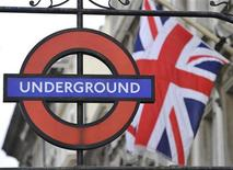 <p>Знак лондонского метро, сфотографированный в центре города, 6 сентября 2010 года. Миллионы жителей британской столицы были вынуждены пересесть на велосипеды, автобусы или просто идти пешком, чтобы успеть на работу во вторник, так как 24-часовая забастовка сотрудников лондонской подземки нанесла тяжелый удар по системе городского транспорта. REUTERS/Toby Melville</p>