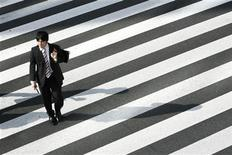 <p>A man crosses a street in Tokyo August 3, 2009. REUTERS/Stringer</p>