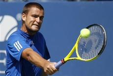 <p>Mikhail Youzhny of Russia hits a return to Tommy Robredo of Spain during the U.S. Open tennis tournament in New York, September 7, 2010. REUTERS/Shannon Stapleton</p>