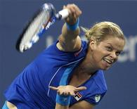 <p>Kim Clijsters of Belgium serves to Samantha Stosur of Australia during the U.S. Open tennis tournament in New York September 7, 2010. REUTERS/Mike Segar</p>