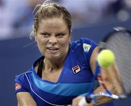 <p>Kim Clijsters of Belgium hits a return to Samantha Stosur of Australia during the U.S. Open tennis tournament in New York September 7, 2010. REUTERS/Mike Segar</p>