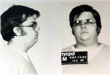 <p>Полицейские фотографии убийцы Джона Леннона Марка Дэвида Чепмена представлены в отделении полиции Нью-Йорка в честь 25-й годовщины смерти музыканта 8 декабря 2005 года. Убийце музыканта Джона Леннона уже в шестой раз отказали в условно-досрочном освобождении во вторник, за три месяца до 30-летней годовщины смерти музыканта. REUTERS/Chip East</p>