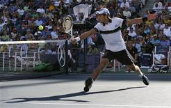 <p>Novak Djokovic of Serbia hits a return to Gael Monfils of France during the US Open tennis tournament in New York, September 8, 2010. REUTERS/Jessica Rinaldi</p>