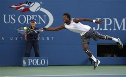 <p>Gael Monfils of France reaches for a return to Novak Djokovic of Serbia during the U.S. Open tennis tournament in New York, September 8, 2010. REUTERS/Jessica Rinaldi</p>
