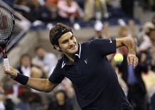 <p>Roger Federer of Switzerland celebrates by hitting the ball into the stands after defeating Robin Soderling of Sweden during the U.S. Open tennis tournament in New York, September 8, 2010. REUTERS/Mike Segar</p>