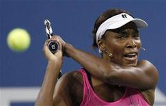<p>Venus Williams of the U.S. hits a return to Francesca Schiavone of Italy during the US Open tennis tournament in New York September 7, 2010. REUTERS/Mike Segar</p>