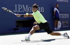 <p>Rafael Nadal of Spain stretches for a return to Mikhail Youzhny of Russia during the U.S. Open tennis tournament in New York, September 11, 2010. REUTERS/Kevin Lamarque</p>