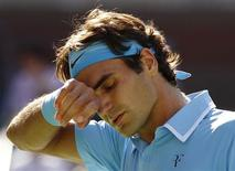 <p>Roger Federer of Switzerland wipes his forehead during his match against Novak Djokovic of Serbia during the U.S. Open tennis tournament in New York, September 11, 2010. REUTERS/Kevin Lamarque</p>