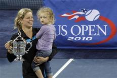 <p>Kim Clijsters of Belgium holds her daughter Jada as she poses with her trophy after defeating Vera Zvonareva of Russia during the U.S. Open tennis tournament in New York, September 11, 2010. REUTERS/Eduardo Munoz</p>
