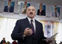 <p>Президент Белоруссии Александр Лукашенко общается с журналистами на избирательном участке в Минске 25 апреля 2010 года. Белоруссия проведет 19 декабря очередные президентские выборы, на участие в которых намекнул Александр Лукашенко, возглавляющий страну с 1994 года. REUTERS/Vasily Fedosenko</p>