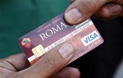 """<p>Болельщик римской """"Ромы"""" держит в руках клубную карту перед матчем с """"Чезеной"""" на Олимпийском стадионе в Риме 28 августа 2010 года. Процесс продажи итальянского футбольного клуба """"Рома"""" стартовал во вторник, сообщил заместитель главы UniCredit Паоло Фирентино. REUTERS/Max Rossi</p>"""