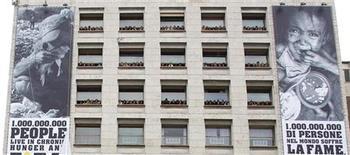 """<p>Люди стоят у окон штаб-квартиры Продовольственной и сельскохозяйственной организации ООН (ФАО) во время съемок рекламной кампании """"Миллиард голодающих"""" в Риме 11 мая 2010 года. Число хронически голодающих людей на планете сократилось в 2010 году впервые за последние 15 лет благодаря улучшению экономической ситуации и снижению цен на еду. REUTERS/Tony Gentile</p>"""