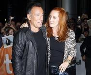"""<p>El músico Bruce Springsteen y su esposa, Patti Scialfa, a su llegada al Festival Internacional de Cine de Toronto, sep 14 2010. La leyenda del rock Bruce Springsteen dio detalles acerca de la creación de su obra cumbre, """"Darkness on the Edge of Town"""", que describió como un paso a la adultez para un músico de un pueblo pequeño que quería ser escuchado. REUTERS/Mike Cassese</p>"""