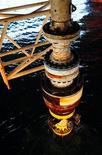 <p>Поврежденное противовыбросное устройство нефтевышки Deepwater Horizon в Мексиканском заливе 4 сентября 2010 года. Нефтяная компания BP Plc завершила бурение разгрузочной скважины в Мексиканском заливе, сообщил адмирал Береговой охраны США Тэд Аллен, курирующий работы. REUTERS/Petty Officer 1st Class Thomas Blue/U.S. Coast Guard/ Handout</p>