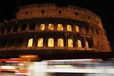 <p>Un video es proyectado en el Coliseo por los artistas Thyra Hilden y Piuz Diaz, en Roma. Sep 16 2010 Un espectáculo de arte dramático representará durante las próximas noches un incendio que aparentemente destruye el antiguo Coliseo romano, con la intención de iniciar un debate acerca de la fragilidad de los sitios históricos europeos. REUTERS/Alessandro Bianchi</p>