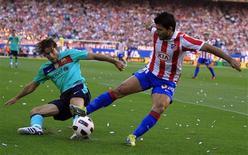 <p>Sergio Aguero (à dir.), do Atlético de Madri, é desafiado por Maxwell Scherrer, do Barcelona, em partida da primeira divisão do Campeonato Espanhol em Madri, 19 de setembro de 2010. REUTERS/Paul Hanna</p>
