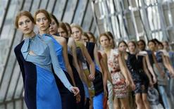 <p>Models present creations from the Peter Pilotto 2011 Spring/Summer collection at London Fashion Week September 20, 2010. REUTERS/Suzanne Plunkett</p>