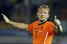 <p>Dirk Kuyt da Holanda comemora gol contra o San marino em jogo da Euro Copa 2012. O atacante do Liverpool pode retornar ao time neste final de semana depois de uma recuperação mais rápida que o esperado de uma lesão no ombro. 03/09/2010 REUTERS/Giampiero Sposito/Arquivo</p>