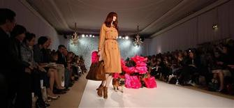<p>A model and a dog present creations from the Mulberry 2011 Spring/Summer collection at London Fashion Week September 19, 2010. REUTERS/Suzanne Plunkett</p>
