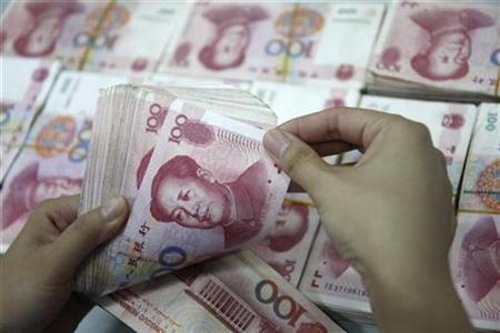An employee counts Yuan banknotes at a branch of Industrial and Commercial Bank of China in Huaibei, Anhui August 3, 2010. REUTERS/Stringer