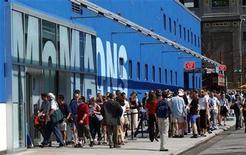 <p>Foto de archivo de la entrada del Museo de Arte Moderno (MoMA) de Queens en Nueva York, jun 29 2002. Una nueva exposición con estatuas enormes, adornos de techo con forma de dragón y obras de arte de la dinastía Yuan, muestra la China antigua que los primeros occidentales vieron hace 700 años. REUTERS/Chip East</p>