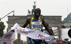 <p>O queniano Patrick Makau cruza a linha de chegada da 37a maratona de Berlim, 26 de setembro de 2010, à frente do compatriota Geoffrey Mutai. REUTERS/Fabrizio Bensch</p>