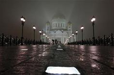 <p>Люди проходят мимо Храма Христа Спасителя в Москве 15 ноября 2009 года. Похолодание до минусовой температуры может ждать Москву в конце рабочей недели, считают синоптики. REUTERS/Denis Sinyakov</p>
