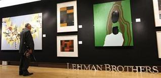 <p>Un visitante observa las obras de arte de la subasta de Lehman Brothers en Londres. Sep 24 2010 Una subasta de arte de la colección de Lehman Brothers recaudó 12,3 millones de dólares el sábado, con lo que superó las expectativas, aunque el dinero apenas cubriría una ínfima parte de las deudas del quebrado banco. REUTERS/Andrew Winning</p>