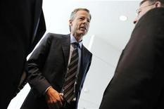 <p>Jeff Bewkes (C), Chairman and CEO of Time Warner, departs after an interview at the Newseum in Washington, October 2, 2009. REUTERS/Jonathan Ernst</p>