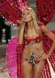 """<p>Foto de archivo de la supermodelo alemana Heidi Klum durante el desfile de modas anual de Victoria's Secret en Miami, nov 15 2008. Klum colgará sus alas y dejará su rol como """"ángel"""" para """"Victoria's Secret"""", confirmó el jueves la firma estadounidense de lencería. REUTERS/Carlos Barria</p>"""