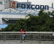 <p>Imagen de archivo de una oficina de Foxconn en Longhua, China. Jun 2 2010 El fabricante chino de productos electrónicos Foxconn Technologies, criticado por sus prácticas laborales tras una serie de suicidios de trabajadores, decidió subir los salarios en cerca de un 60 por ciento en su fábrica de Shenzhen, informaron medios estatales. REUTERS/Bobby Yip/ARCHIVO</p>