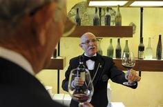 <p>A sommelier pours a glass of wine at the Barolo wine museum in Barolo, about 70km (43 miles) south of Turin, September 12, 2010. REUTERS/Paolo Bona</p>