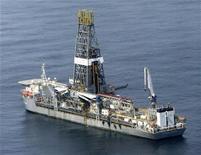 <p>Imagen de archivo de un barco al intentar perforar pozos de alivio para el derrame de BP en el Golfo de México. Jul 27 2010 BP nombró los activos del Golfo de México que usará para ayudar a financiar el fondo por 20.000 millones de dólares para resarcir a las víctimas de su derrame de petróleo y dijo que el costo de lidiar con el desastre creció a 11.200 millones de dólares. REUTERS/Sean Gardner</p>