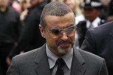 <p>George Michael chega ao tribunal em Londres em setembro. O cantor negou reportagens da mídia acusando-o de receber tratamento especial na prisão, onde está detido por dirigir sob a influência de drogas. 14/09/2010 REUTERS/Suzanne Plunkett</p>