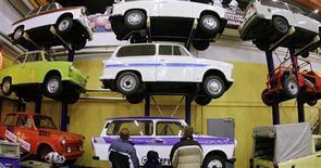<p>Deux frères sont parvenus à atteindre 235 km/h au volant d'une Trabant, une performance réalisée pour fêter les vingt ans de la réunification allemande. /Photo d'archives/REUTERS/Hannibal Hanschke</p>