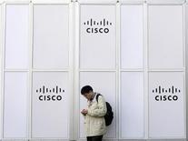 <p>Мужчина проверяет свой мобильный телефон рядом с вывеской Cisco на Mobile World Congress в Барселоне 17 февраля 2010 года. Cisco Systems Inc выпускает систему видеосвязи для дома стоимостью $599 с целью расширения своего присутствия на потребительском рынке. REUTERS/Albert Gea</p>