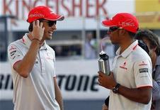 """<p>Jenson Button e Lewis Hamilton conversam no circuito Suzuka, no Japão. A McLaren prometeu entrar """"com tudo"""" na disputa nas corridas finais da temporada para manter vivas as esperanças dos dois pilotos. 07/10/2010 REUTERS/Toru Hanai</p>"""