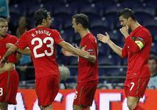 <p>Cristiano Ronaldo comemora seu gol na vitória de Portugal por 3 a 1 sobre a Dinamarca pelas eliminatórias da Eurocopa de 2012. REUTERS/Jose Manuel Ribeiro</p>