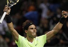 <p>O tenista número 1 do mundo Rafael Nadal salvou dois match points neste sábado para vencer o jogador da Sérvia Viktor Troicki por 7-6, 4-6 e 7-6 e chegar à final do Aberto do Japão. REUTERS/Yuriko Nakao</p>